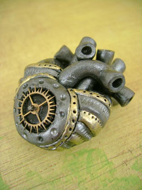 coeur steampunk en acier avec des engrenage dorés