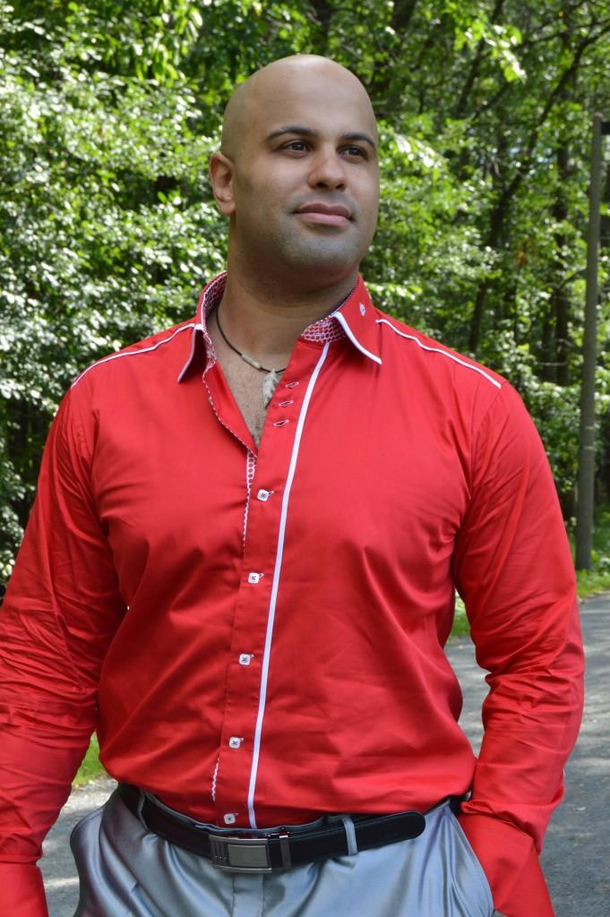 photo de fred bye : grand métis en chemise rouge et costume gris