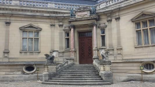 bâtiment de gauche à l'entrée du château de chantilly