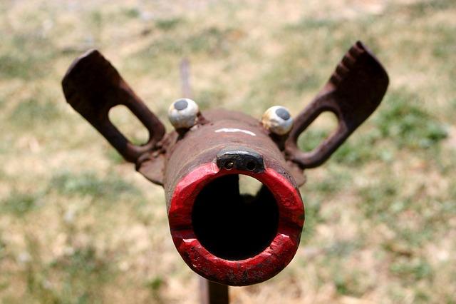 un jouet de bois vaguement canin avec des grandes oreilles, une bouche toute rouge et des yeux exorbités